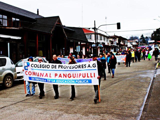 Panguipulli: Profesores realizan paro y marchan por las calles de la ciudad